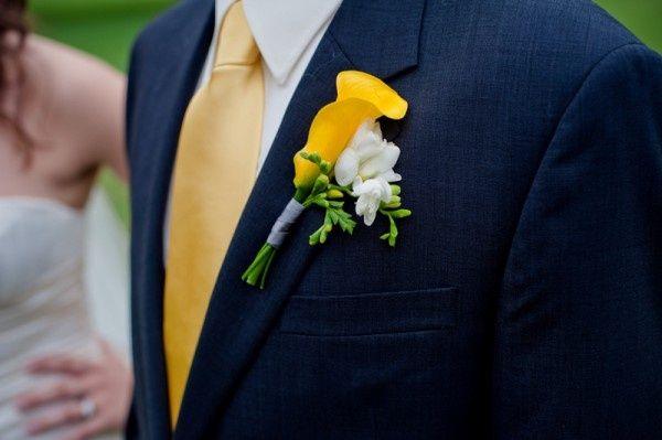 Corbata amarilla blazer azul marino