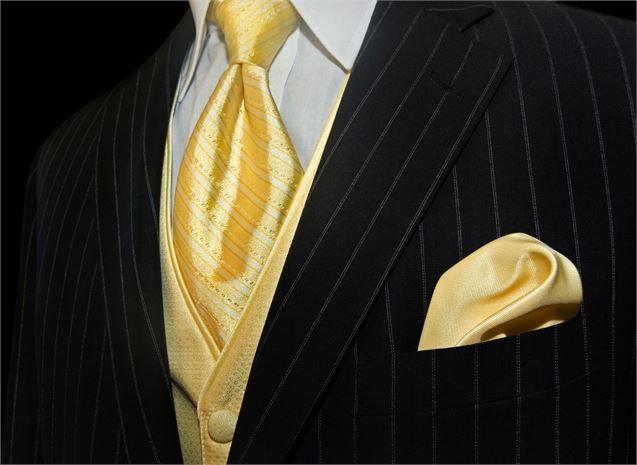 Corbata amarilla con traje negro a rayas imagen