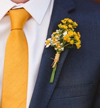 Cómo Combinar una Corbata Amarilla