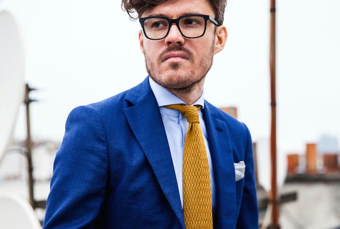 Corbata amarilla traje azul celeste