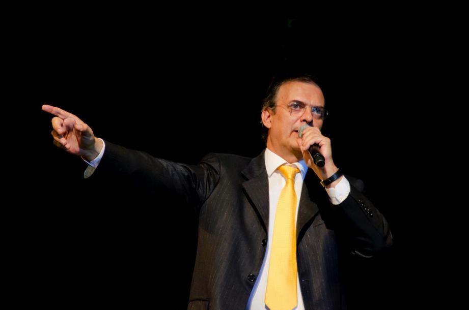 Corbata amarilla y chaqueta gris oscuro