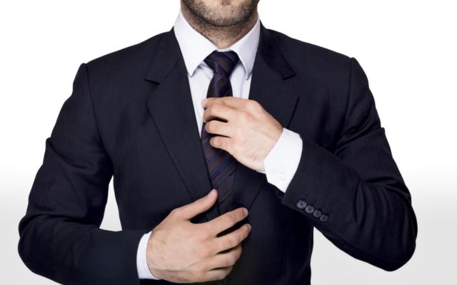 traje negro corbata negra