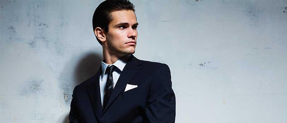 traje negro con corbata azul imagen