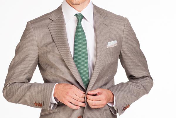 corbata verde con chaqueta beige
