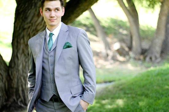 corbata verde con traje gris claro