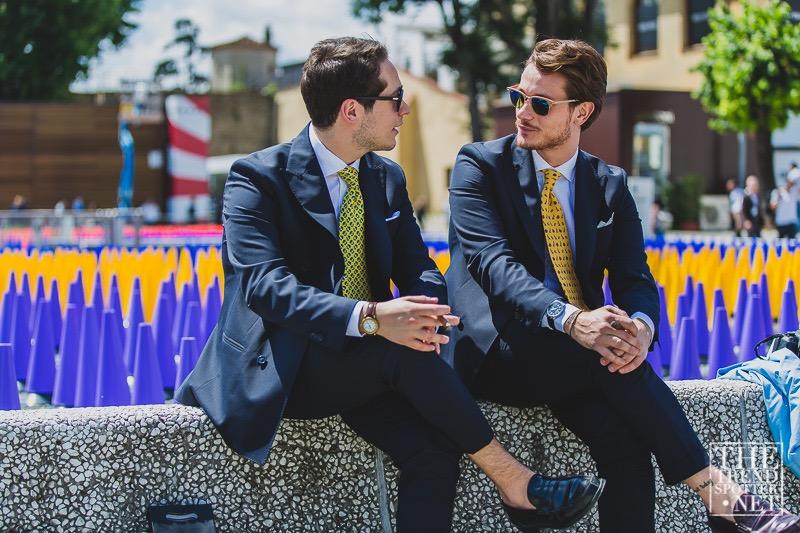traje azul corbata amarilla