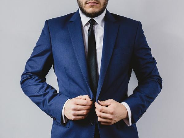 traje azul corbata negra