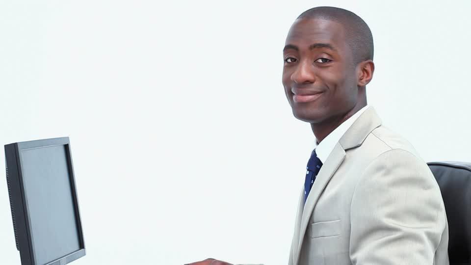 traje blanco corbata azul