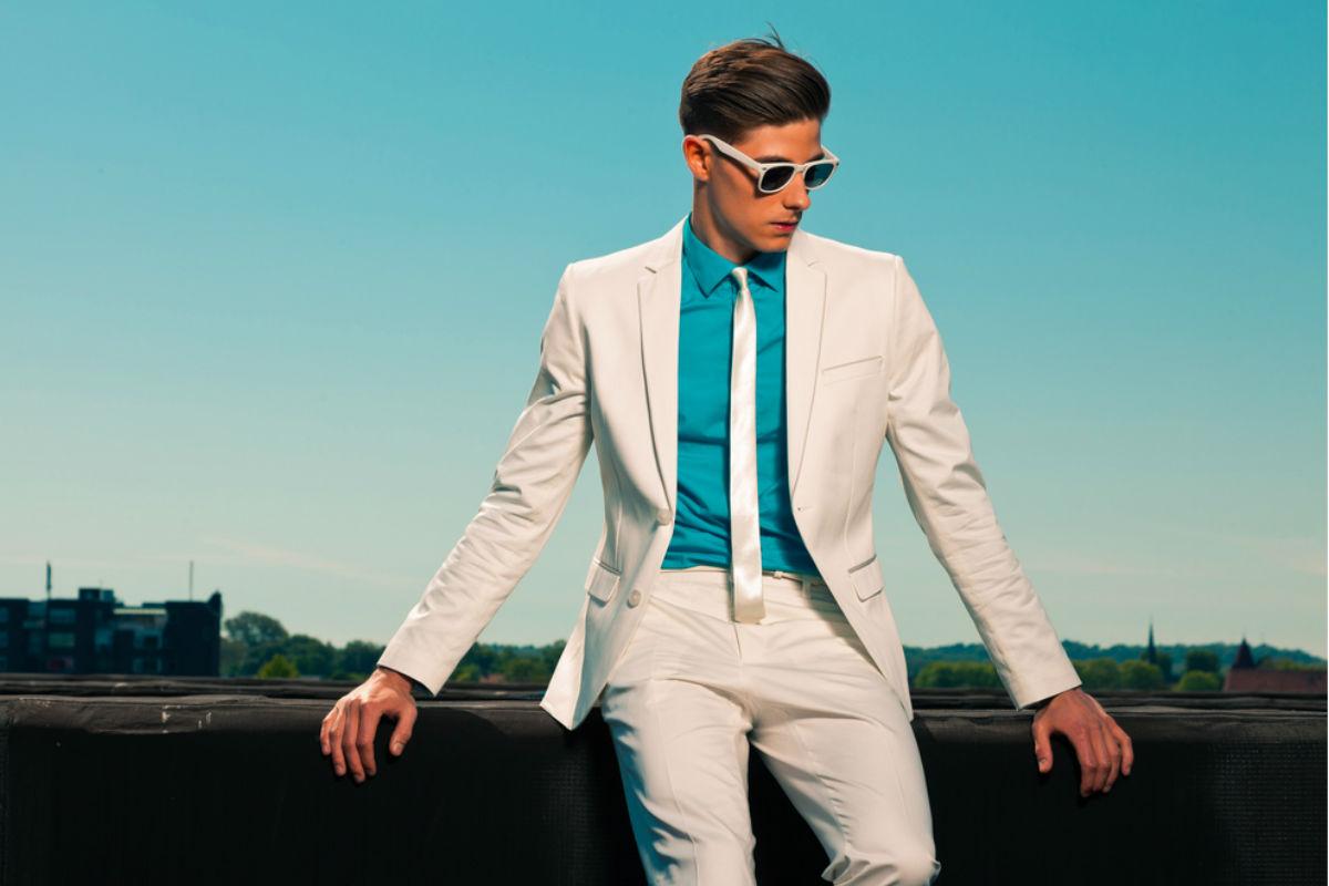 traje blanco corbata blanca