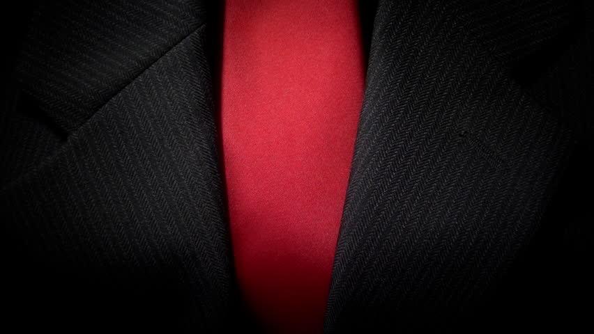 traje negro corbata roja