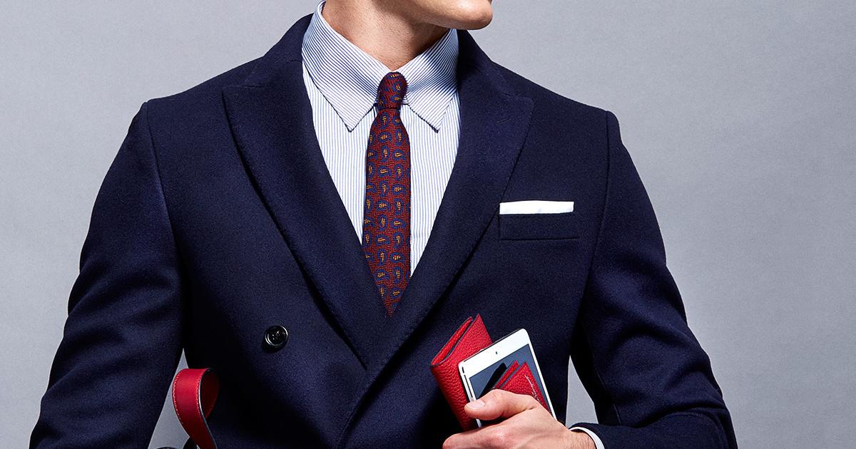 combinación traje azul corbata vinotinto