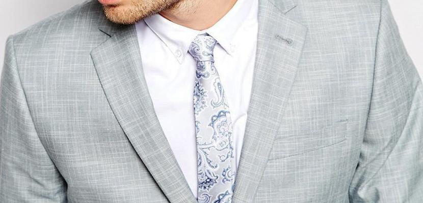 traje gris claro y corbata clara