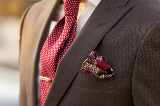 Corbata Roja para Traje Marrón