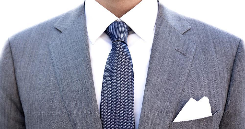traje gris corbata azul claro
