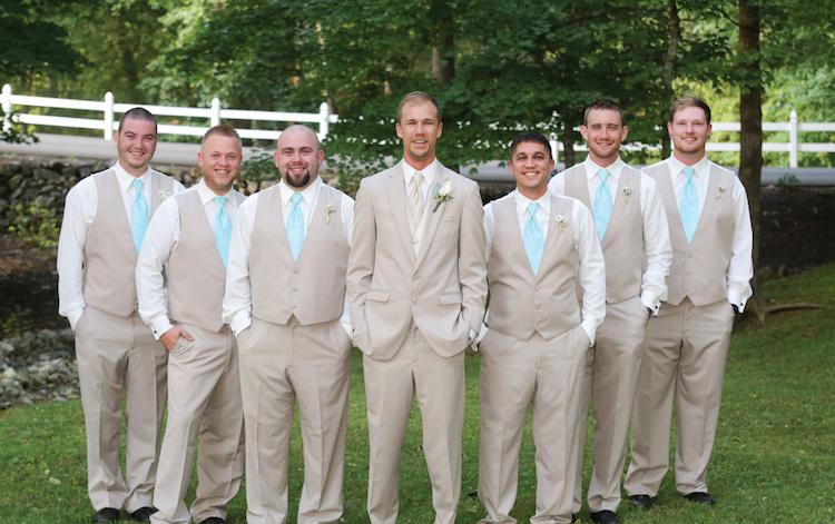 trajes claro y color de corbata celeste