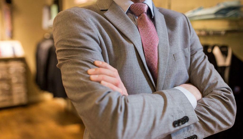 traje marrón con corbata roja