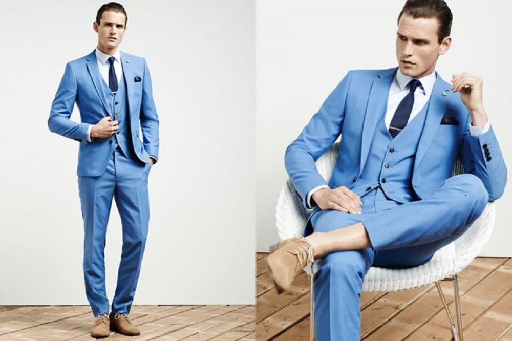traje celeste con corbata azul